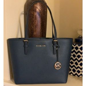 NWT💙Michael Kors Navy Jet Set MD Carryall Tote